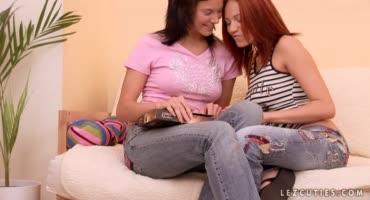 Лесбиянки тайком встречаются и трахаются друг с другом