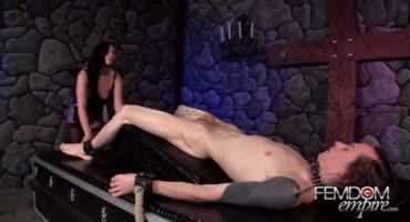 Привязала парня в подвале и довела до оргазма