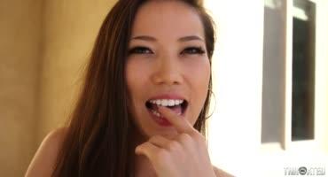 Азиатская дама с удовольствием облизывает член и яички