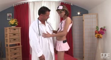 Пара решили поиграть в ролевые игры, медсестра пришла к пациенту