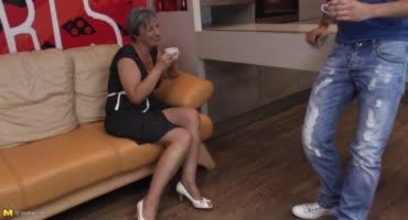 Зять трахает бабушку в отсутствии своей жены