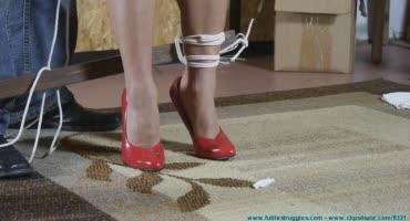 Сучку в красных туфлях туго связал извращенец