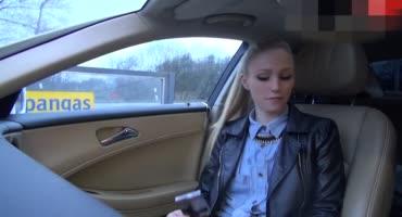 Красивая молодая девка согласилась дать в машине