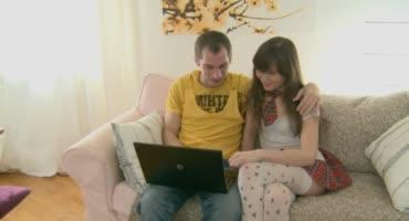 Решил посмотреть сексуальное видео вместе со своей молоденькой сестричкой