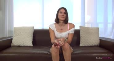 Брюнетка Мия пришла на порно кастинг и ушла оттуда со спермой на лице