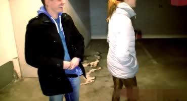 Милашка в одежде дала себя трахнуть в подвальном помещении