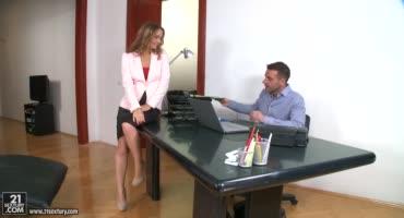 Сучка приходит в офис, чтобы заполучить там отменный секс с типами