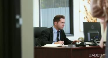 Строгий начальник дрючит свою молодую секретаршу в шелку