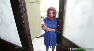 Мусульманку трахает холостяк на своей кухне