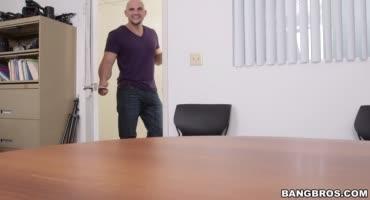 Умелая латинка пришла на кастинг и довела парня до оргазма