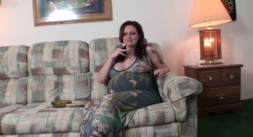 Зрелая беременная красотка принимает член раком