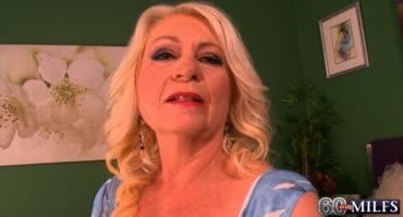 Зрелая и опытная блондинка делает массаж молодому мужику