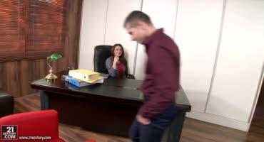 Секретарша по полной удовлетворила своего босса