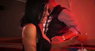 Дрочка пьяных лесбиянок у барной стойки в клубе