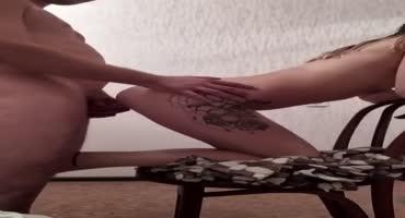 Парень на стуле трахает грязную шлюху раком