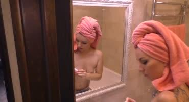 Отлично трахнул русскую шлюшку в ванной раком после минета