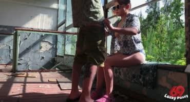 Молодой парень вызвал проститутку и трахнул ее в заброшенном здании Питера