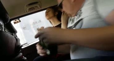 Лысый хрен накормил Питерскую шлюшку своим членом в машине