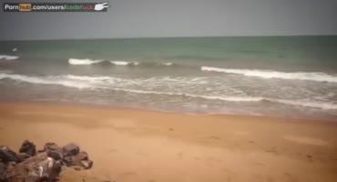 Юная малышка долбится в писю на просторном пляже