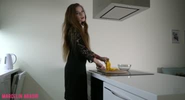 Пацан долбит сучку из СПб с утра на своей кухне