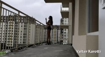 Шалава вышла на балкон, аклиент за ней, ато бы не убежалаа