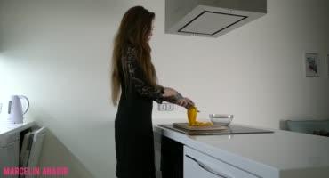 Шлюха на кухне кайфанула от проникновения в анал