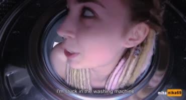 Молодая проститутка трахается в ванной с клиентом