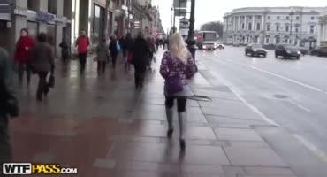 Парни склонили молодую Московскую проститутку к сексу в туалете кафе