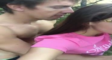 Мужик трахает раком проститутку прямо в лесу