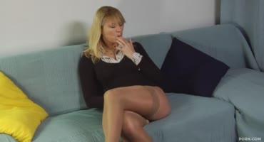 Проститутка Питера наяривала свою манду и потом уже потрахалась с членом