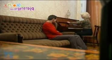 Занятия на пианино проходят голышом в Санкт-Петербурге