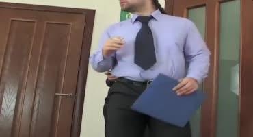 Анальный секс с длинноволосой русой секретаршей в одежде