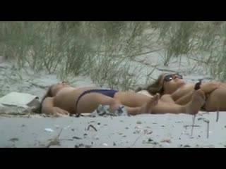 смотреть Две студентки загорают на диком пляже топлес