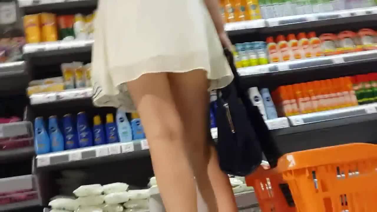 Парень заглянул под юбку случайной красотке