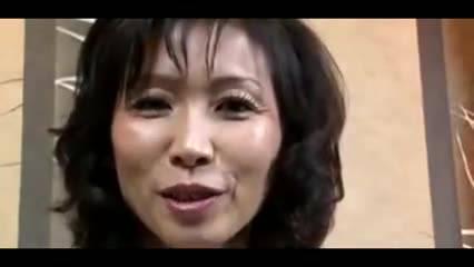 Зрелая азиатка полирует язычком член дружка
