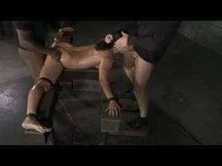 Привязанную сучку порют брутальные мачо