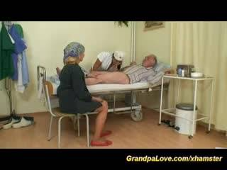 Молоденькая медсестричка оттрахала старого мужика