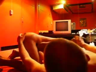 Мужик имеет юную девушку на камеру