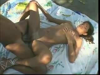 Негр ебет девку на пикнике