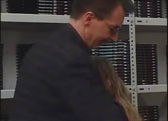 Мужик выпорол молоденькую девушку на складе