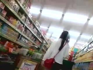 Парень снимает молоденькую девушку в супермаркете