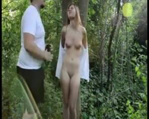 Мужик наказывает связанную девушку в лесу