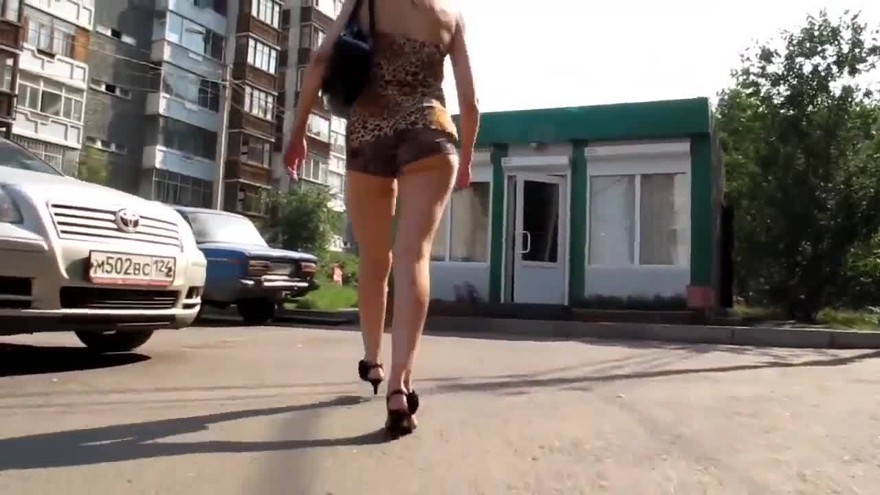 Парень преследует сексапильную попку на улице