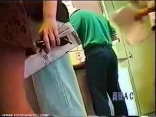 Мужик заглядывает под юбки девушкам на улице
