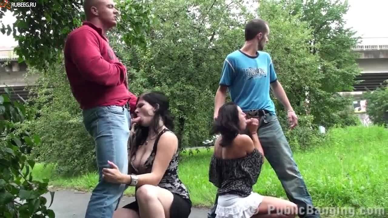 Две русские пары трахаются у проезжей части, пока рядом ходят прохожие