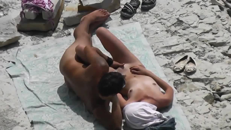 Мужик оттрахал голую блондинку на безлюдном пляже