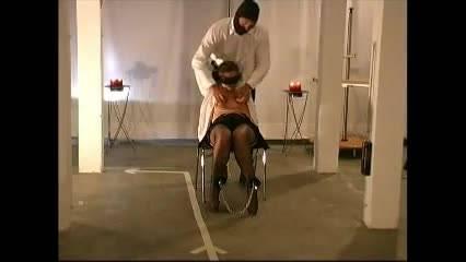 Мужик в маске наслаждается пыткой молоденькой девушки
