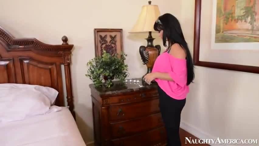 Зрелая мамка трахнула симпатичного сынка в своей спальне
