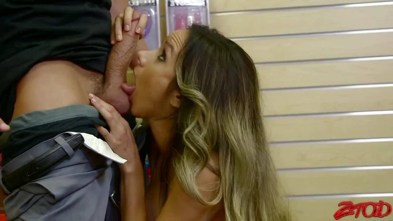 В секс шопе грудастая милаха схватила менеджера за член