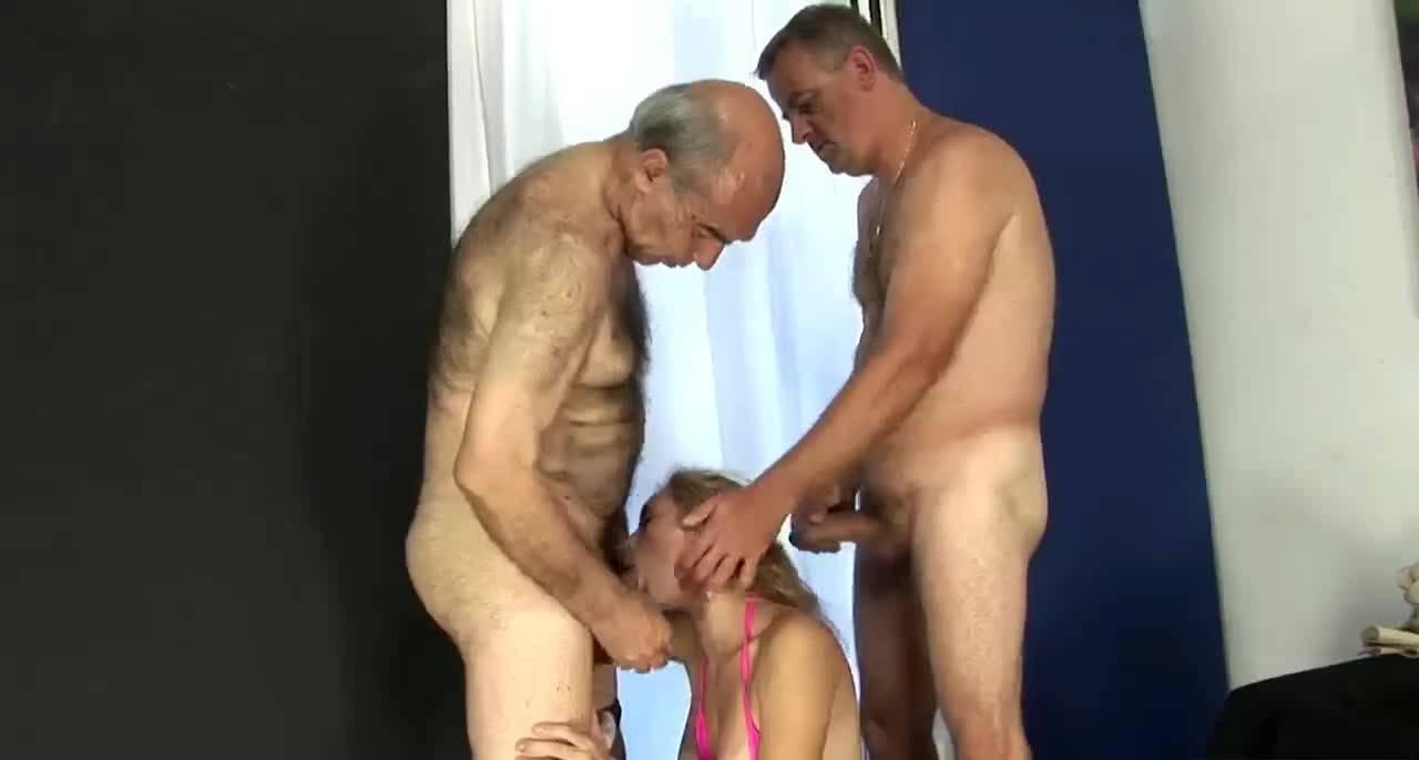 Два старика отодрали молоденькую киску
